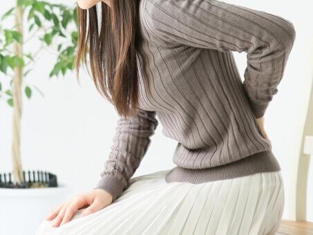 腰痛女性画像
